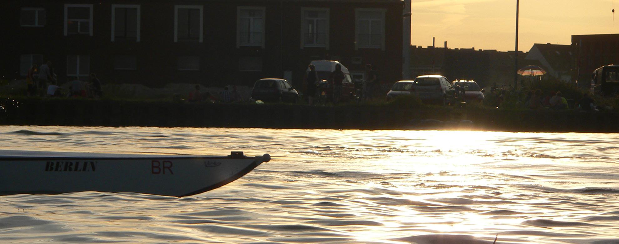 Ruderboot auf einem Kanal im Sonnenuntergang